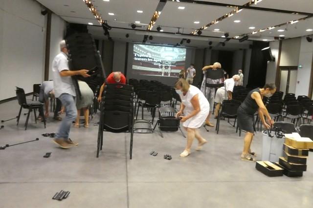 Mise en musique : les bénévoles préparent la salle